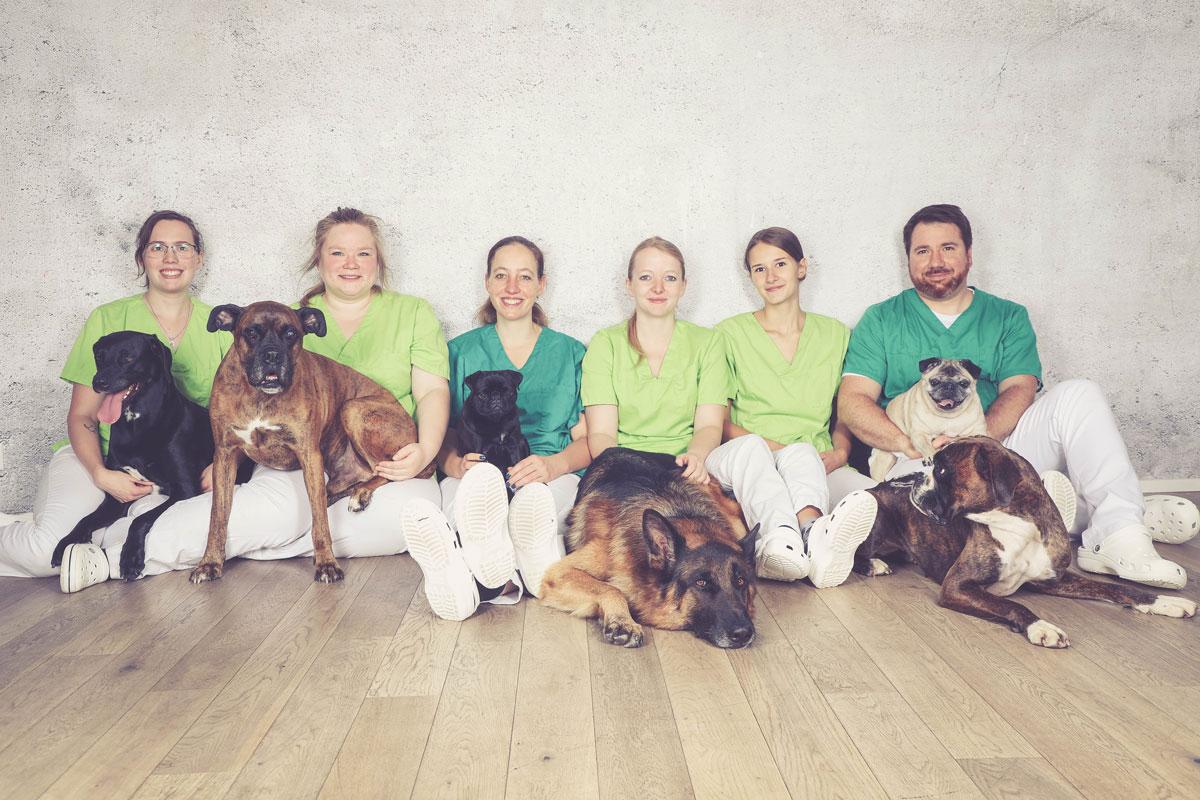 Tierarzt_Radev_Praxisteam-boden-sitzen-web